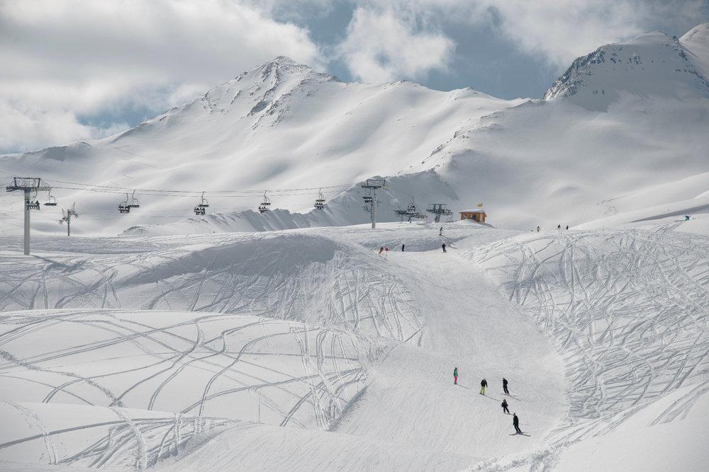 Ski sur les pistes enneigées de Sainte Anne la Condamine - © Manu Molle