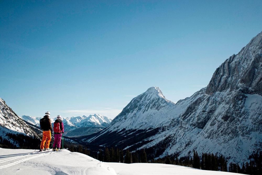 Skifahrer im Skigebiet Ehrwalder Alm - © Tiroler Zugspitz Arena | U. Wiesmeier