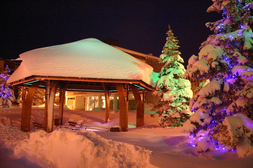 Ambiance nocturne sur la place centrale de Valberg... - © OT Valberg