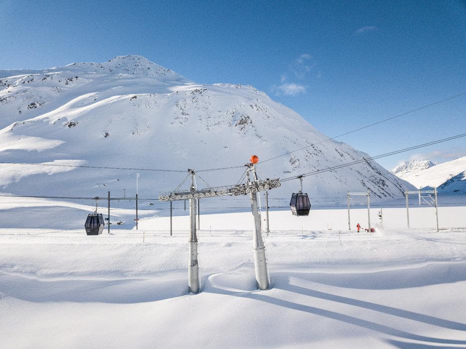 Tolle Schneebedingungen bei der Einweihung der Skigebietsverbindung Andermatt-Sedrun mit der ersten offiziellen Fahrt der Gondelbahn Schneehüenerstock - Express - © Skiarean Andermatt-Sedrun | Valentin Luthiger