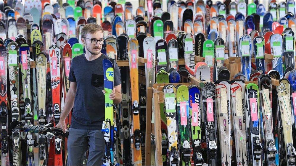 En plus des bonnes affaires (matériel de ski neuf ou d'occasion) qu'elles proposent, les bourses aux skis sont également un lieu d'échange et de conseil entre passionnés de sports d'hiver.