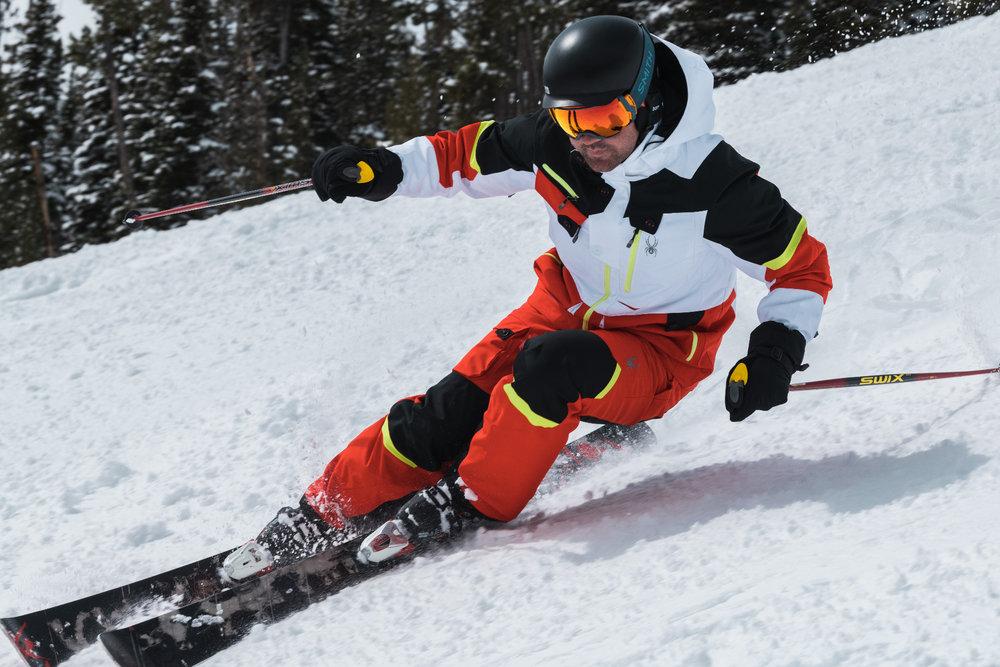 L'imperméabilisation d'une tenue de ski doit être réactivée lors du lavage et du séchage afin de permettre aux skieurs d'arpenter les pistes longtemps et sans souci, quel que soit le temps. - © Spyder