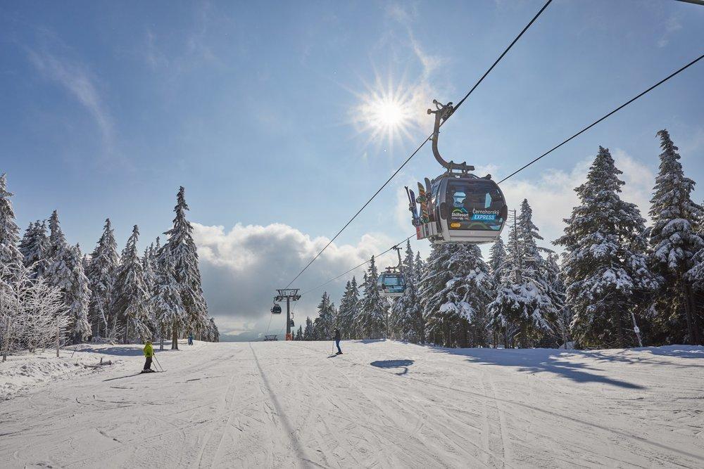 Jediná česká 8-miestna kabínková lanovka prepravuje lyžiarov z Janských Lázní na Čiernu horu - © SkiResort ČERNÁ HORA - PEC