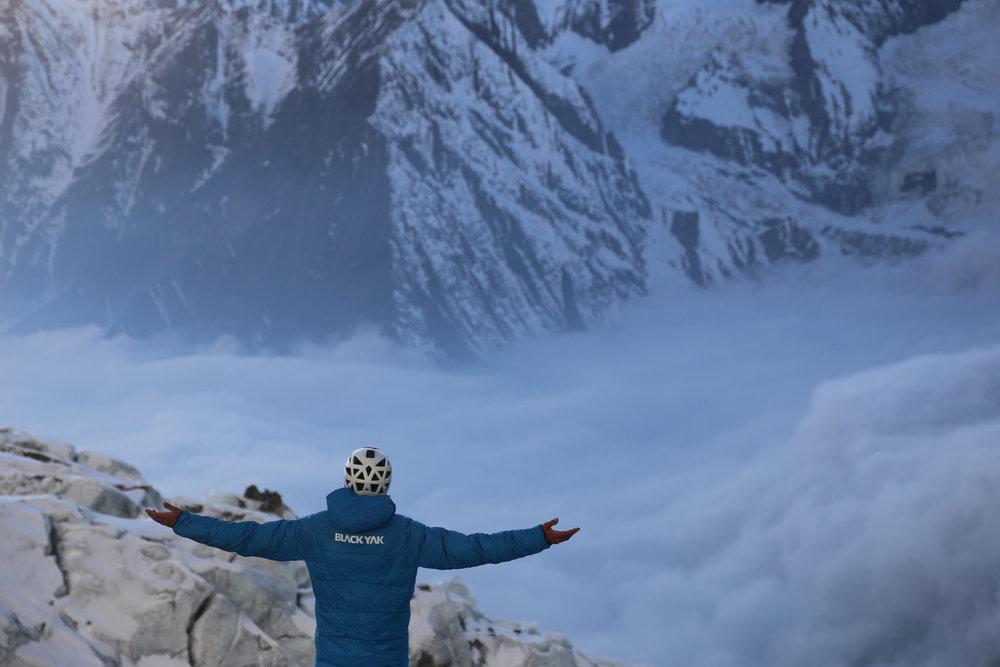 Der Bergsteiger Jost Kobusch ist einer der BLACKYAK-Athleten und in den Entwicklungsprozess der Produkte voll integriert - © BlackYak