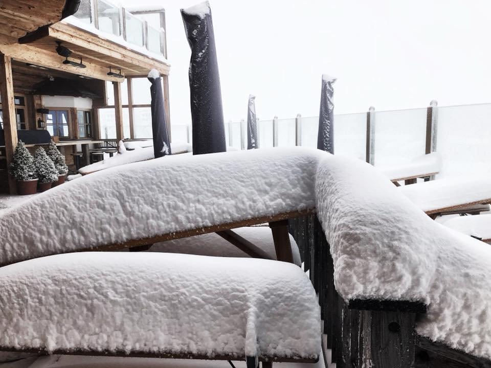 První pozdrav zimy před Wedelhütte (26.08.18) - © Facebook Wedelhütte