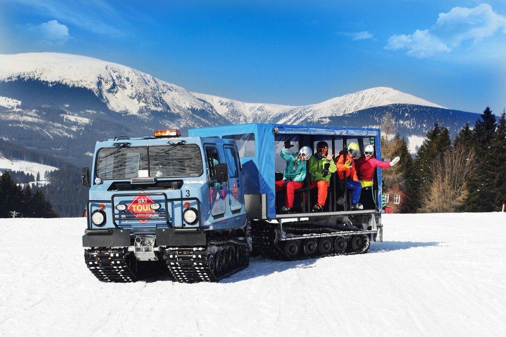 Ratraky SkiTour prepravujú lyžiarov medzi strediskami Černá hora a Pec pod Snežkou. Ide o veľmi obľúbenú zimnú atrakciu. - © SkiResort ČERNÁ HORA - PEC