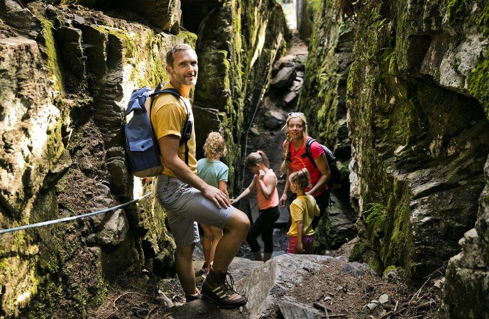 Familienglück am Erlebniswanderweg Berg Kodok - © saalbach.com