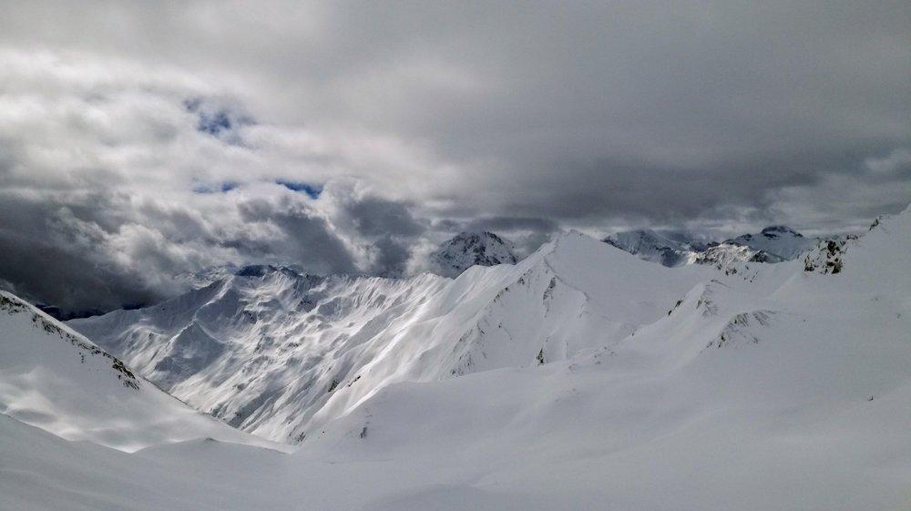 Widok z czerwonej trasy wiodącej z Masnerkopf (2828 m) w Serfaus  - © Tomasz Wojciechowski