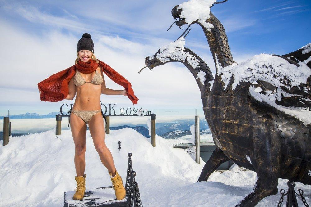 Slovenská televizní moderátorka Erika Barkolová se u příležitosti zahájení lyžařské sezóny na Chopku svlékla do plavek - © TMR, a.s.