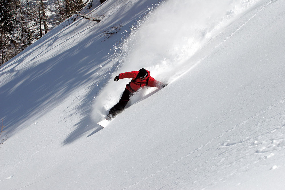 Snowboarder carving up the powder in Cervinia - Breuil - © Cervinia - Breuil