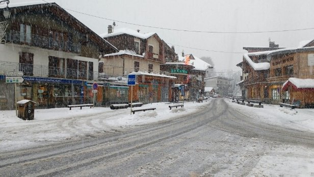 Morzine - Snowing in Morzine centre this morning, loads of powder on all pistes - © anonymous