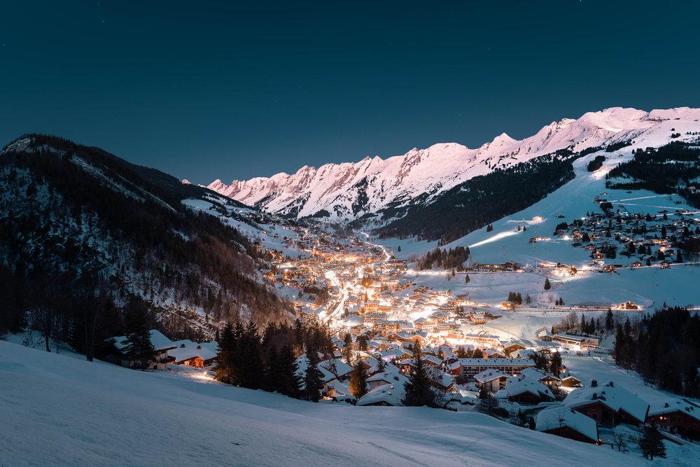 Ambiance féérique le soir venu à la Clusaz... - © Clément Hudry / OT La Clusaz