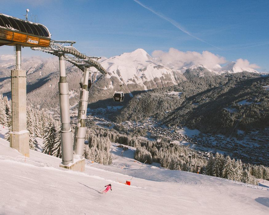 Conditions parfaites (neige fraîche et soleil généreux) sur les pistes de ski de Morzine - © Sam Ingles / OT Morzine
