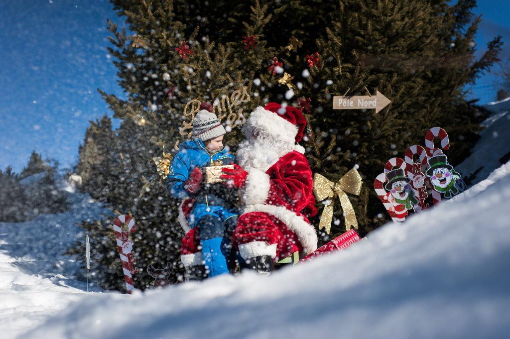 Durant les fêtes de fin d'année, la station de Valmeinier prend des airs de village du Père Noël... - © A. Pernet / OT de Valmeinier