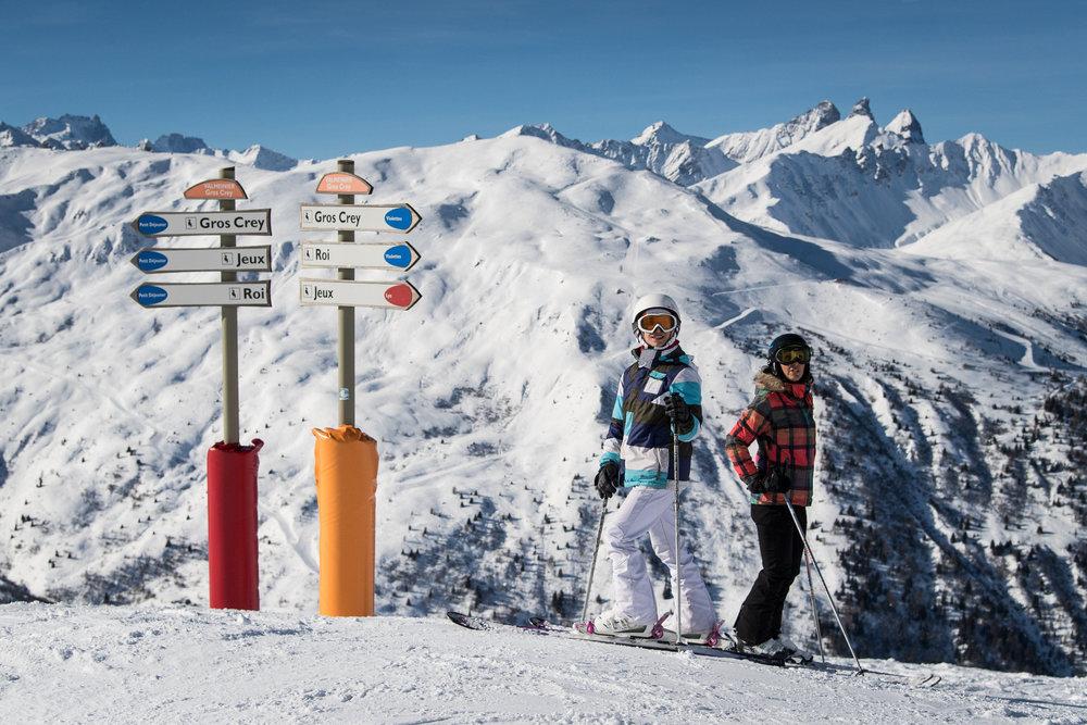Valmeinier, partage son domaine skiable avec celui de la station de Valloire (domaine relié du Galibier Thabor). Ski en forêt, grandes pentes ouvertes, combes étroites, alpages, pics, orientations nord, est, ouest et sud... toute la montagne et toutes les types de glisses se trouvent sur le domaine Galibier-Thabor avec comme horizon les Aiguilles d'Arves, les sommets environnants de la Vanoise et des Ecrins. - © A. Pernet / OT de Valmeinier