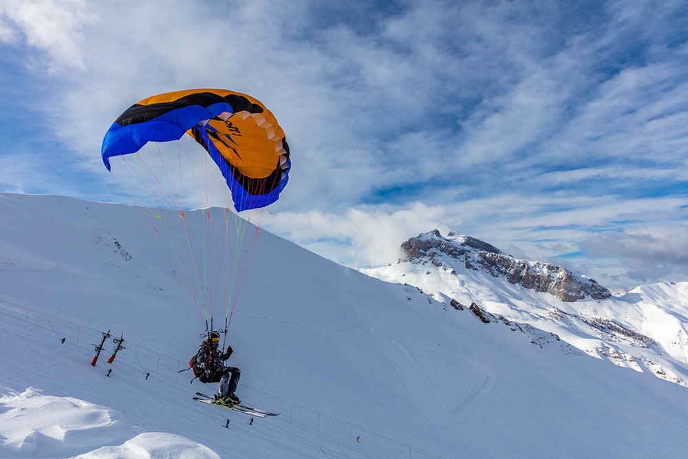 Le Val d'Allos est également le terrain de jeu idéal pour s'initier au speed-riding... - © R. Palomba / Office de Tourisme du Val d'Allos