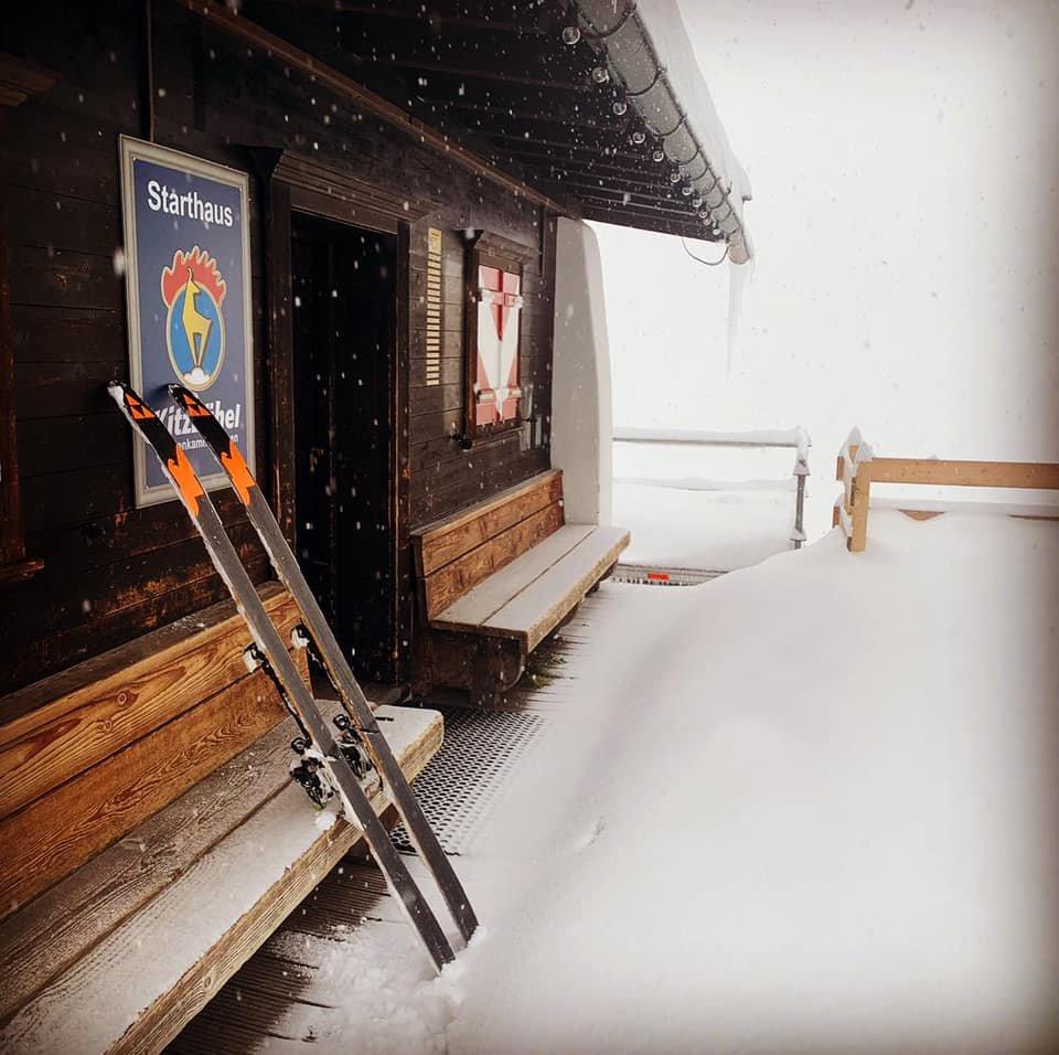 Am Kitzbüheler Starthaus türmt sich der Neuschnee - © Facebook Kitzbühel Tirol