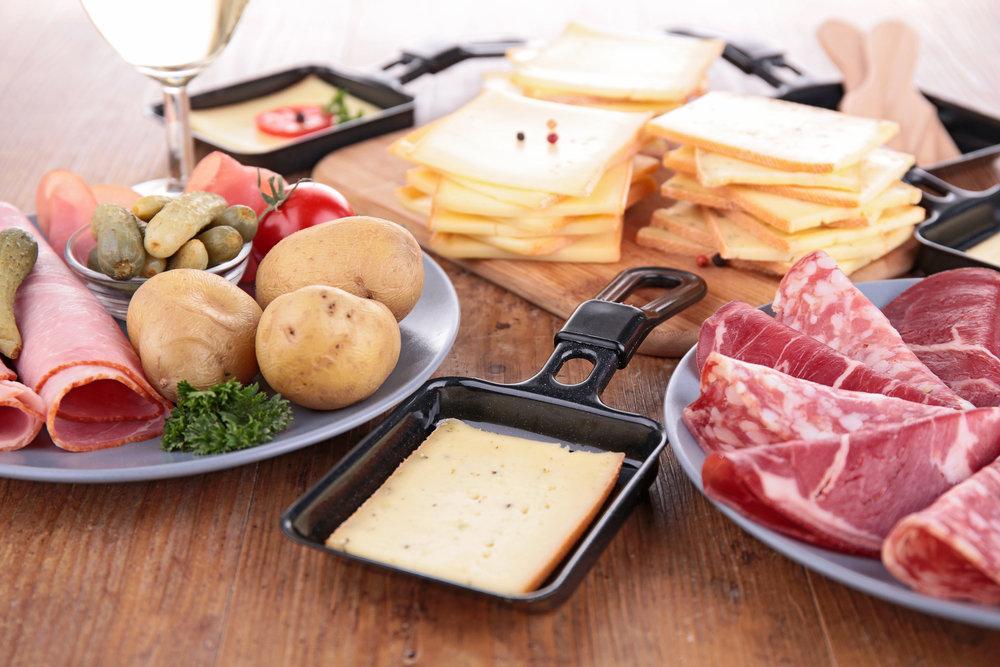 La raclette, l'incontournable plat qui accompagnera à coup sûr quelques belles soirées de votre séjour au ski... - © M.studio - Fotolia.com