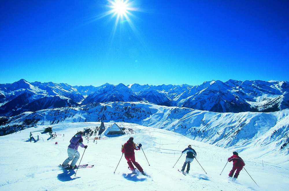 Carving up the slopes in Mayrhofen - © Mayrhofen Tourism