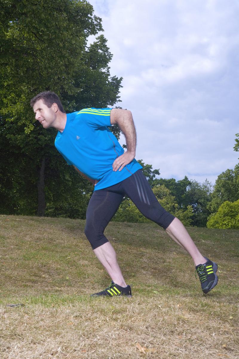 Skatingschritt zur Standwaage: Hinteres Bein anheben - © DSV aktiv/Adrian Bela Raba