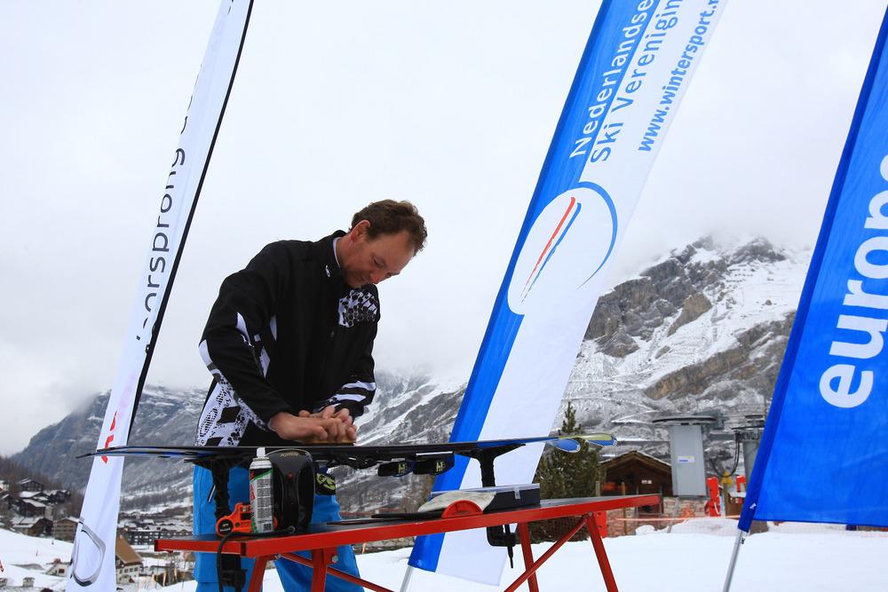 Hans präparierte die Skier