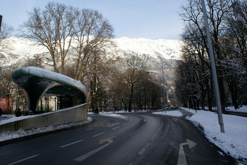Talstation im Stadtzentrum von Innsbruck (geplant von Zaha Hadid) – im Hintergrund die Nordkette - © Gernot Schweigkofler