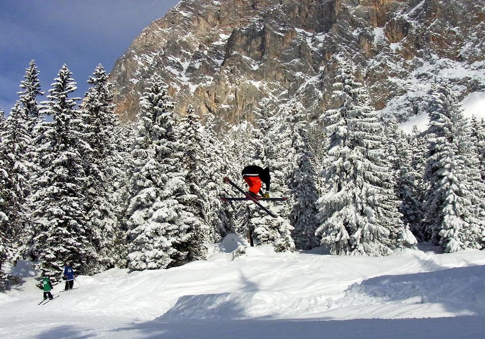 Die Medium Line mit 6m Kicker lädt die Freeskier zu rückwärts aufwärmen ein … - © stefandrexl.com