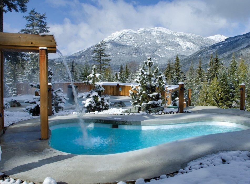 Vodopád dopadá do chladného vonkajšieho bazéna vo Scandinave Spa vo Whistleri. Fotokredit Scandinave Spa