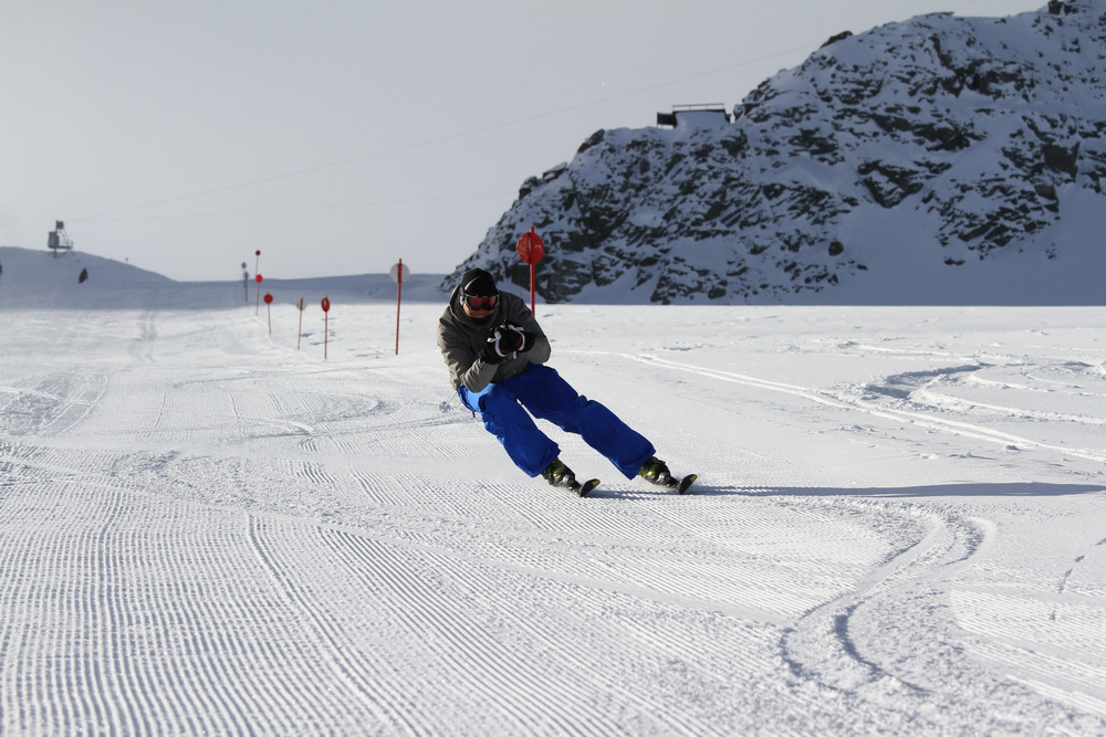 Sportliches Carven mit hüftbreiter Skistellung - © Skiinfo.de