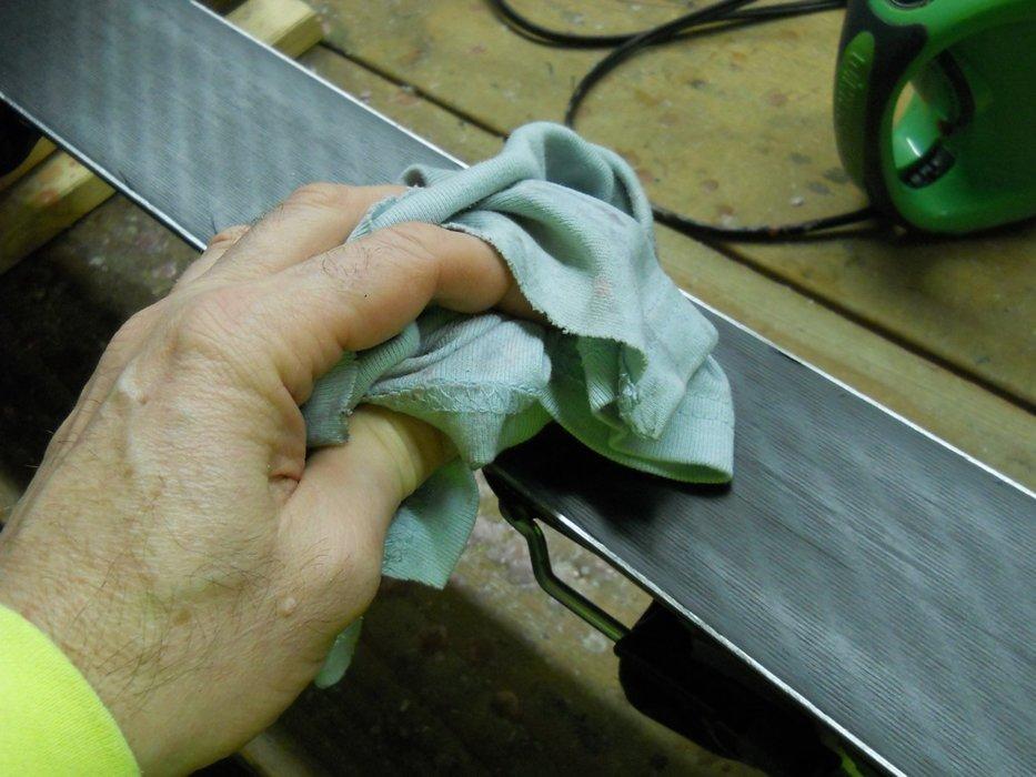Première opération à effectuer avant de ranger vos skis : bien les sécher pour éviter que l'humidité ne fasse rouiller les carres