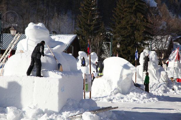 Les artistes à l'oeuvre lors du concours international de sculptures sur neige de Valloire