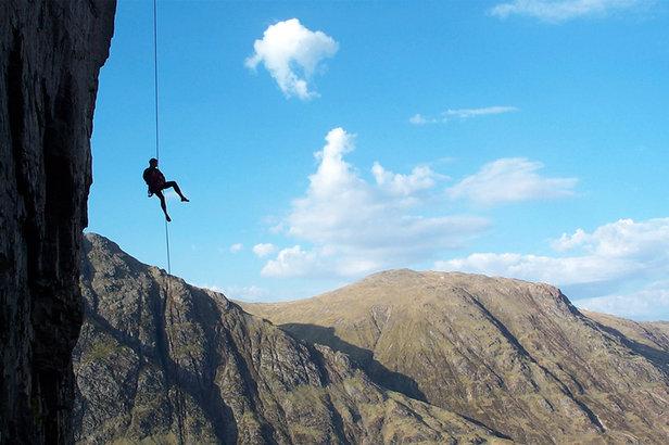 Klettergurt Abseilen : Richtig abseilen beim felsklettern so geht s