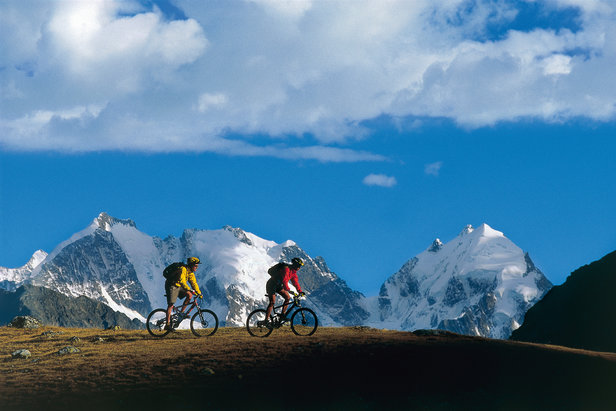 Zwitserland. Get natural! Mountainbikers op de Silvrettapas (2615m) boven St. Moritz in het Oberengadin, kanton Graubünden. Op de achtergrond de Piz Tschierva (3546m) en de Piz Bernina (4.049m).  - © Robert Boesch