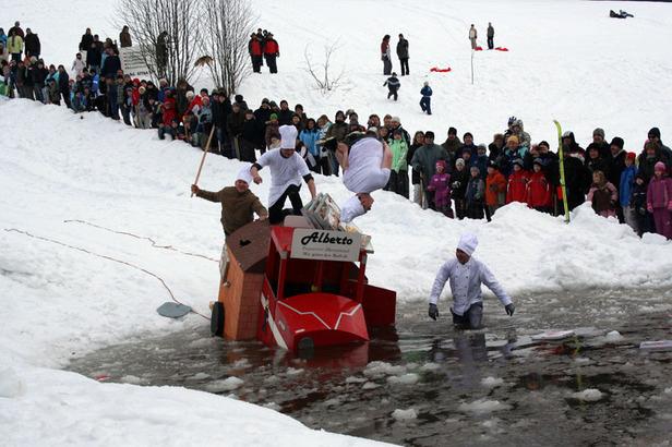 Ein Gefährt geht beim Pfütze Fäscht mitsamt den tapferen Lenkern im Eiswasser baden.