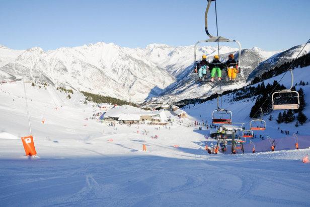Neige fraiche et soleil annoncent le premier grand week-end de la saison dans les station de ski Aramon