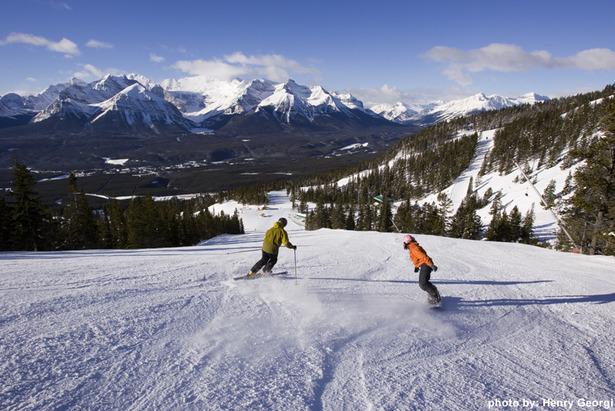 Sciatore e snowboarder sulle piste di Lake Louise