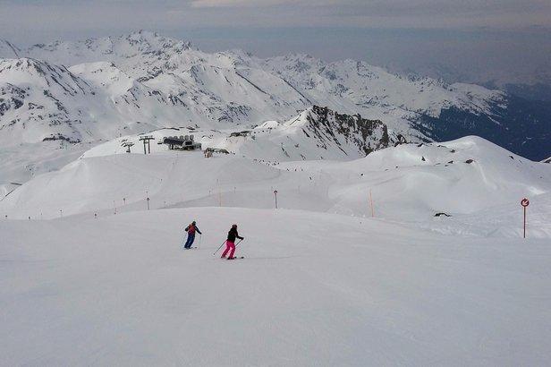 Na czerwonej trasie 85 z Schindler Spitze bardzo długo utrzymują się dobre warunki narciarskie.  - © Tomasz Wojciechowski / Skiinfo
