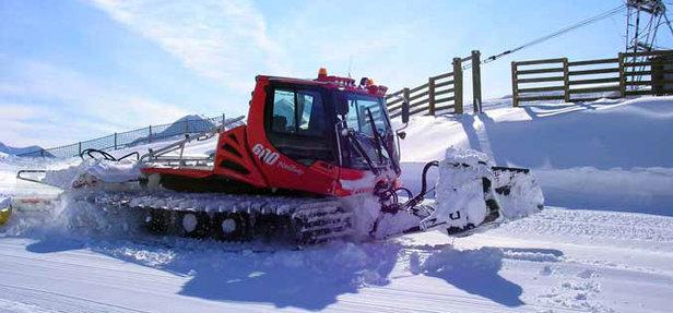 Avec les premières chutes de neige, les dameuses reprennent du service et débutent la prépartion du manteau neigeux.