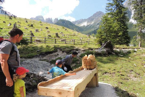 Kniffelige Hindernis-Stationen erwarten die Wanderer nahe der Schlickeralm - ©Tirol Werbung