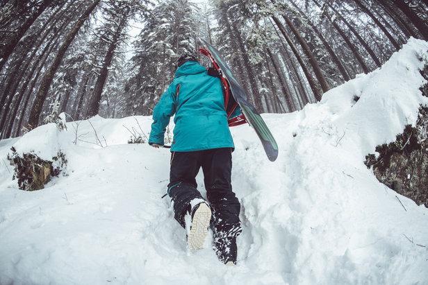 Das Snowboard zu schultern, ist in der Praxis ganz schön ungemütlich. Am Skirucksack wäre das Board deutlich besser aufgehoben.  - © pixabay.com © Free-Photos (CC0 Public Domain)