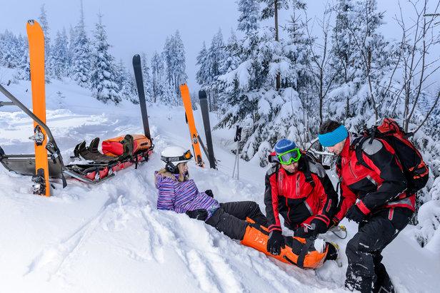 En cas d'accident de ski, les vacances peuvent virer au cauchemar. Être bien assuré permet d'être pris en charge efficacement et intégralement, il ne faut donc pas faire l'impasse sur l'assurance.
