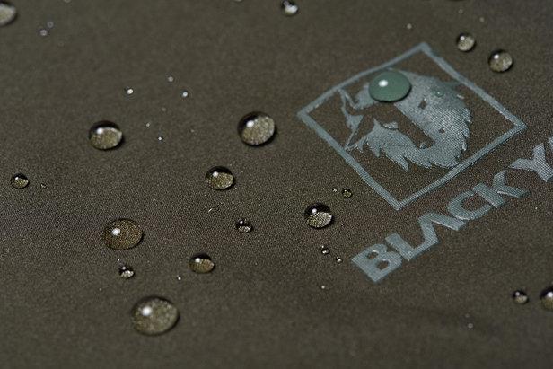 Die 3 Lagen Jacken von BLACKYAK lassen kein Wasser nach Innen durchdringen  - © BLACKYAK