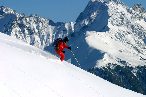 Skifahrer im glitzernden Firn