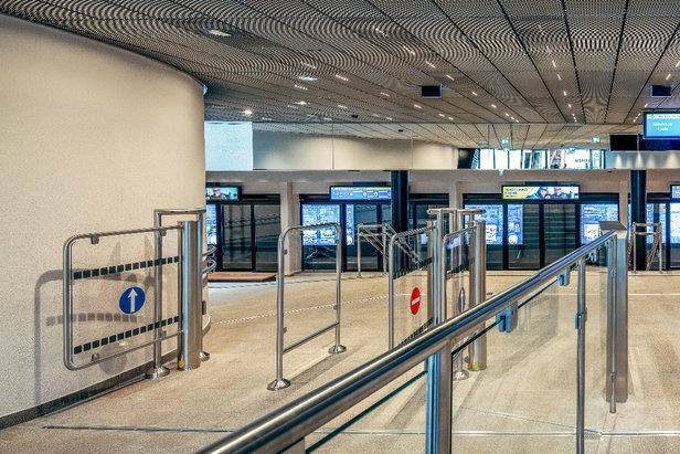 Die Stationen kommen ohne Drehschranken aus, so steht den Gästen nichts im Wege. Es schließt erst dann ein Gatter, wenn die Maximalkapazität der Stationen erreicht ist.