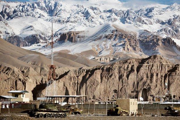 Das Hochtal Bamyan, Afghanistan. Die ausgebrannten Panzer erinnern noch an den Krieg. In den Felsnischen standen einst die größten Buddha-Statuen der Welt, bevor die Taliban diese zerstörten.