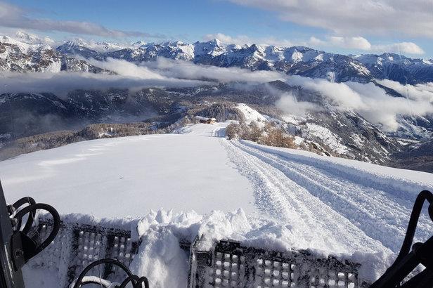 Sur la pistes des Crêtes, les dameuses de Puy Saint Vincent sont à l'oeuvre en vue de la pré-ouverture du domaine skiable