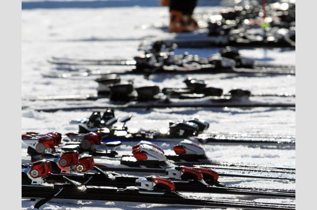 Materialpflege: So lagert ihr eure Skier über den Sommer richtig ein ©www.worldskitest.com