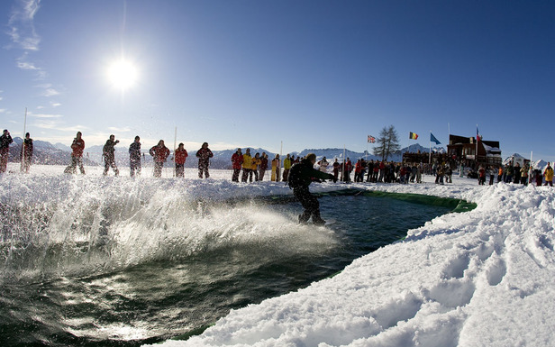 Le water slide, une des activités phares à expérimenter au moins une fois pendant votre séjour au ski à l'amorce du printemps...
