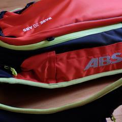 V prípade lavínovej nehody dochádza k spusteniu airbagov na oboch stranách ruksaku. - © Skiinfo