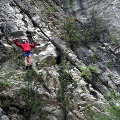 Technik auf dem Drahtseil: Für stabileren Stand stellt man die Füße quer und geht seitlich - ©bergleben.de/Sebastian Lindemeyer